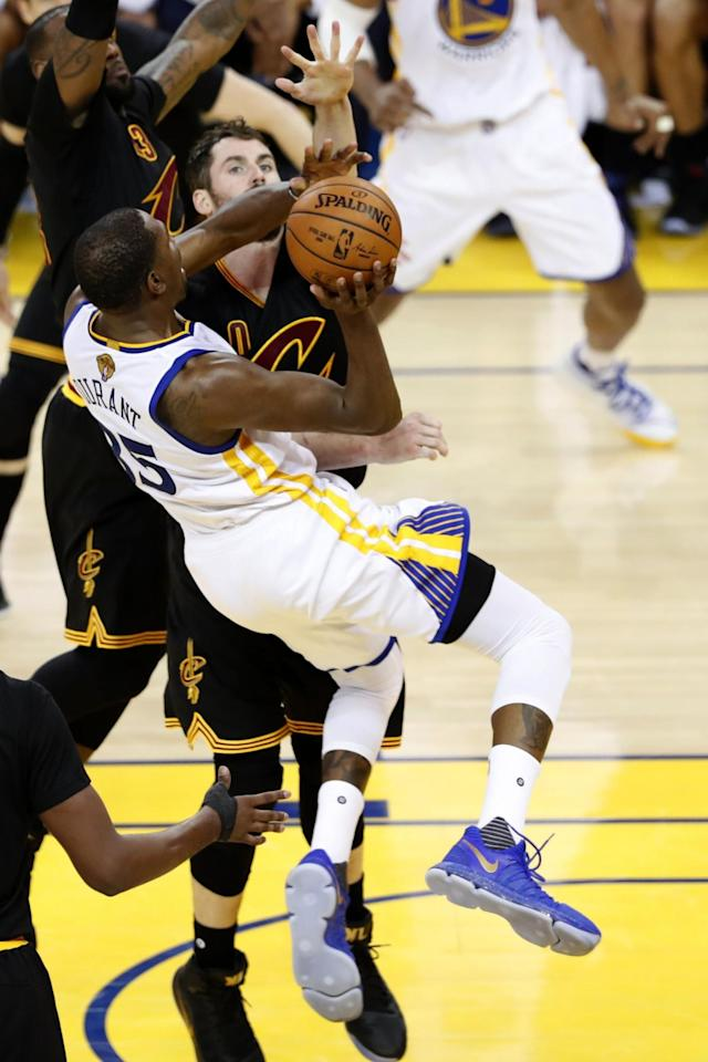 <p>JGM01. Oakland (United States), 04/06/2017.- Golden State Warriors forward Kevin Durant (L) goes to the basket for two points over Cleveland Cavaliers forward Kevin Love (R) in their game two of the NBA Finals basketball game at Oracle Arena in Oakland, California, USA, 04 June 2017. (Baloncesto, Estados Unidos) EFE/EPA/JOHN G. MABANGLO </p>