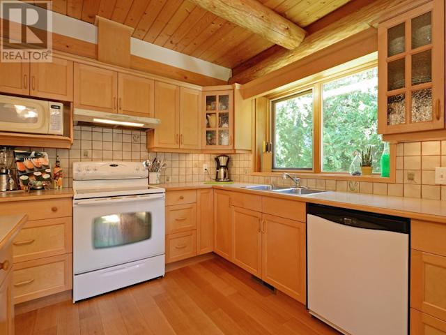 <p><span>8701 Griggs Terrace, North Saanich, B.C.</span><br> The kitchen offers ample space to prepare some memorable cottage meals.<br> (Photo: Zoocasa) </p>