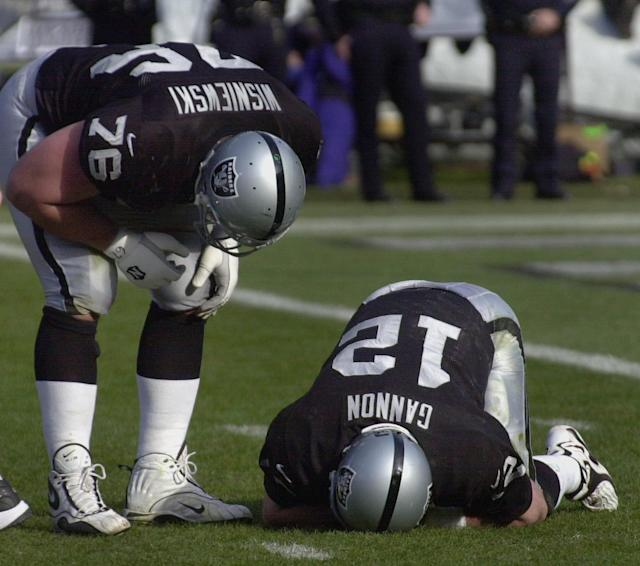 "The <a class=""link rapid-noclick-resp"" href=""/nfl/teams/oak/"" data-ylk=""slk:Oakland Raiders"">Oakland Raiders</a>' Rich Gannon feels the pain after being sacked by <a class=""link rapid-noclick-resp"" href=""/nfl/teams/bal/"" data-ylk=""slk:Baltimore Ravens"">Baltimore Ravens</a> defensive tackle Tony Siragusa in the 2001 AFC championship game. (AP"