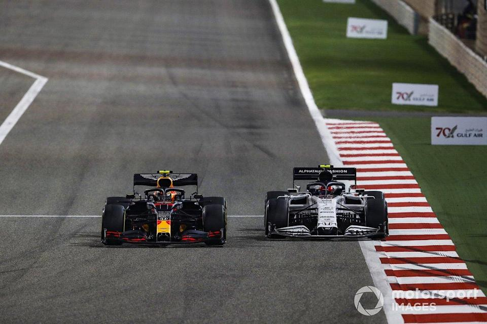 "Duel Alex Albon, Red Bull Racing RB16, dengan Pierre Gasly, AlphaTauri AT01<span class=""copyright"">Zak Mauger / Motorsport Images</span>"