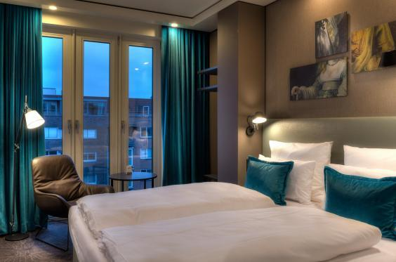 The Waterlooplein room with that ubiquitous turquoise (Motel One)