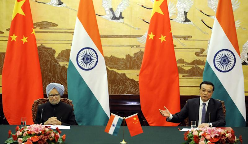 Chinese Premier Li Keqiang, right, talks during a joint news conference with India's Prime Minister Manmohan Singh at the Great Hall of the People in Beijing, China Wednesday, Oct. 23, 2013. (AP Photo/Peng Sun, Pool)