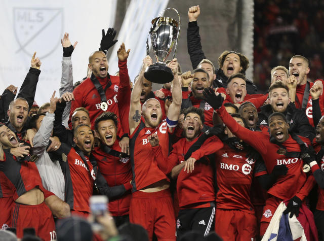 "<a class=""link rapid-noclick-resp"" href=""/soccer/players/michael-bradley"" data-ylk=""slk:Michael Bradley"">Michael Bradley</a> lifts <a class=""link rapid-noclick-resp"" href=""/soccer/teams/toronto-fc/"" data-ylk=""slk:Toronto FC"">Toronto FC</a>'s first MLS Cup. (Getty)"