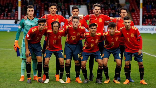 Soccer Football - UEFA European Under-17 Championship - Group D - Spain vs Germany - The Banks's Stadium, Walsall, Britain - May 11, 2018 Spain players pose for a team group photo before the match Action Images via Reuters/Peter Cziborra