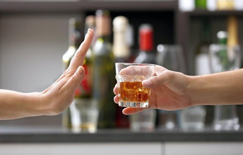 """<span class=""""attribution""""><a class=""""link rapid-noclick-resp"""" href=""""https://www.shutterstock.com/es/image-photo/female-hand-rejecting-glass-alcoholic-beverage-536563018"""" rel=""""nofollow noopener"""" target=""""_blank"""" data-ylk=""""slk:Shutterstock / Africa Studio"""">Shutterstock / Africa Studio</a></span>"""