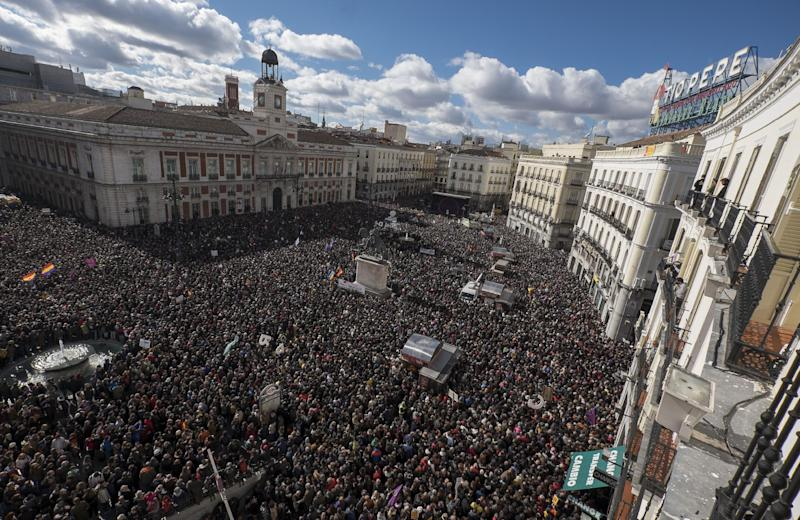 """Huge crowds of demonstrators gather at Plaza de Sol for the """"March for Change"""" organised by left-wing party Podemos in Madrid on January 31, 2015 (AFP Photo/Pedro Armestre)"""