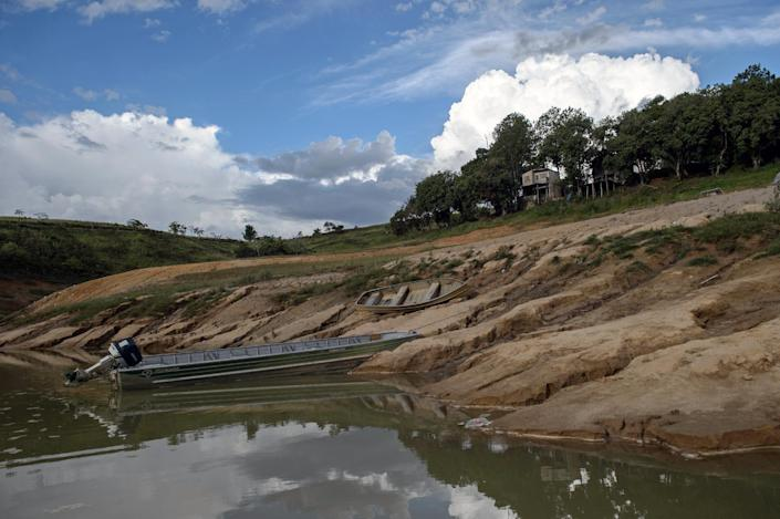 Dry banks, due to the lack of rain, are seen at Funil Hydroelectric Plant reservoir, in Resende, about 160 km west from Rio de Janeiro, Brazil, on February 3, 2015 (AFP Photo/Yasuyoshi Chiba)