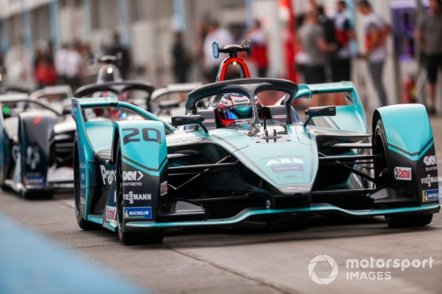 "Mitch Evans, Jaguar Racing, Jaguar I-Type 4 esce dalla pit lane <span class=""copyright"">Sam Bloxham / Motorsport Images</span>"