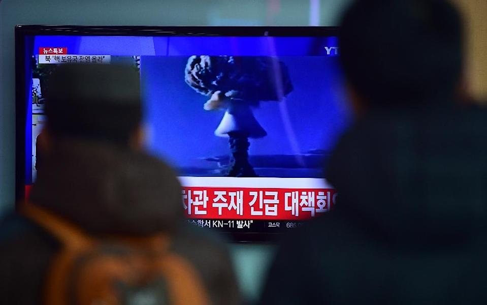 People watch a news report on North Korea's first hydrogen bomb test at a railroad station in Seoul on January 6, 2016 (AFP Photo/Jung Yeon-Je)