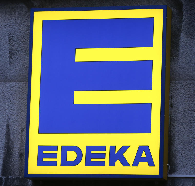 The logo of grocery chain Edeka is pictured in Berlin, Germany, January 12, 2016. German Economy Minister Sigmar Gabriel said he would approve plans by the country's biggest supermarket group Edeka to buy grocery chain Kaiser's, owned by retail group Tengelmann, but only as long as Edeka provided job guarantees for around 5 years. REUTERS/Fabrizio Bensch
