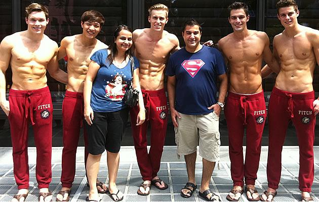 K. Bablani and wife poses with A&F guys! Seng Loong is second model from left.(Yahoo! Photo)