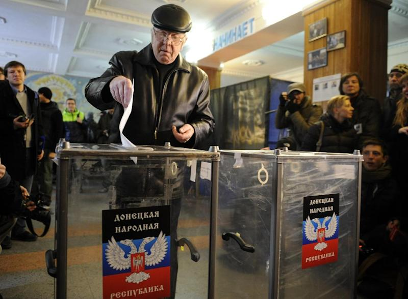 A man casts his ballot during the vote in polling station in eastern Ukrainian city of Donetsk on November 2, 2014 (AFP Photo/Alexander Khudoteply)
