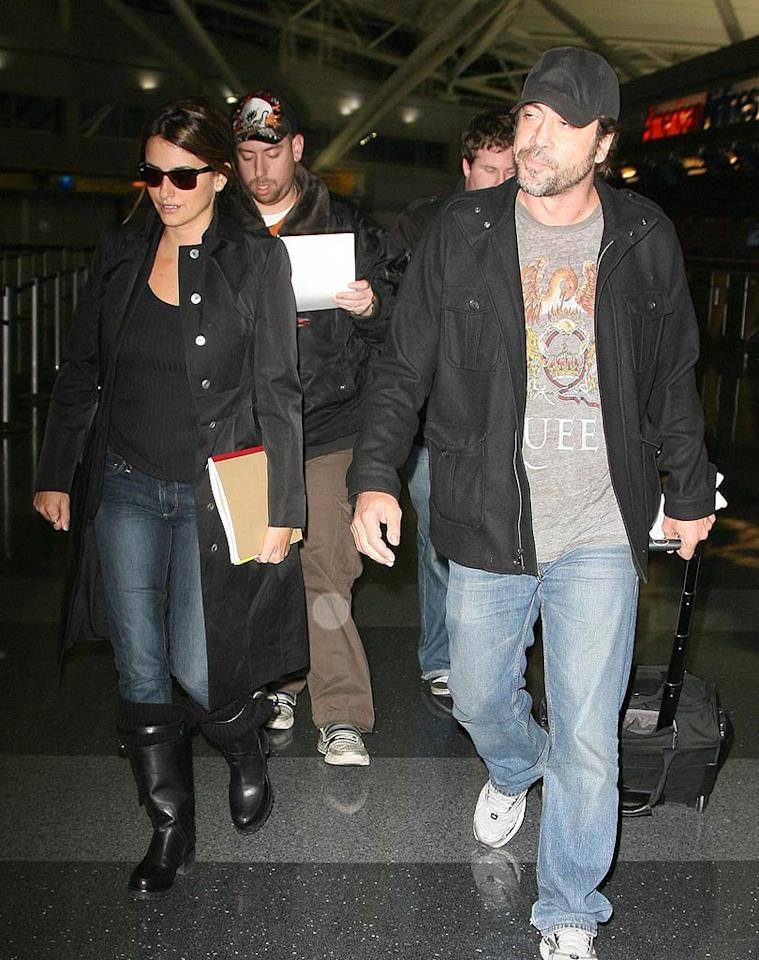 "So this is what they look like when they're not walking the red carpet! Notoriously private pair Penelope Cruz and Javier Bardem are snapped at New York's JFK Airport as they fly in from LA. Turgeon/Rocke/<a href=""http://www.splashnewsonline.com"" target=""new"">Splash News</a> - December 14, 2009"