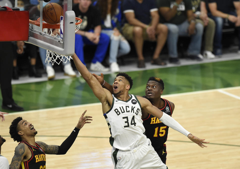 Giannis Antetokounmpo(出手者)領軍獵鷹。(Photo by Patrick McDermott/Getty Images)