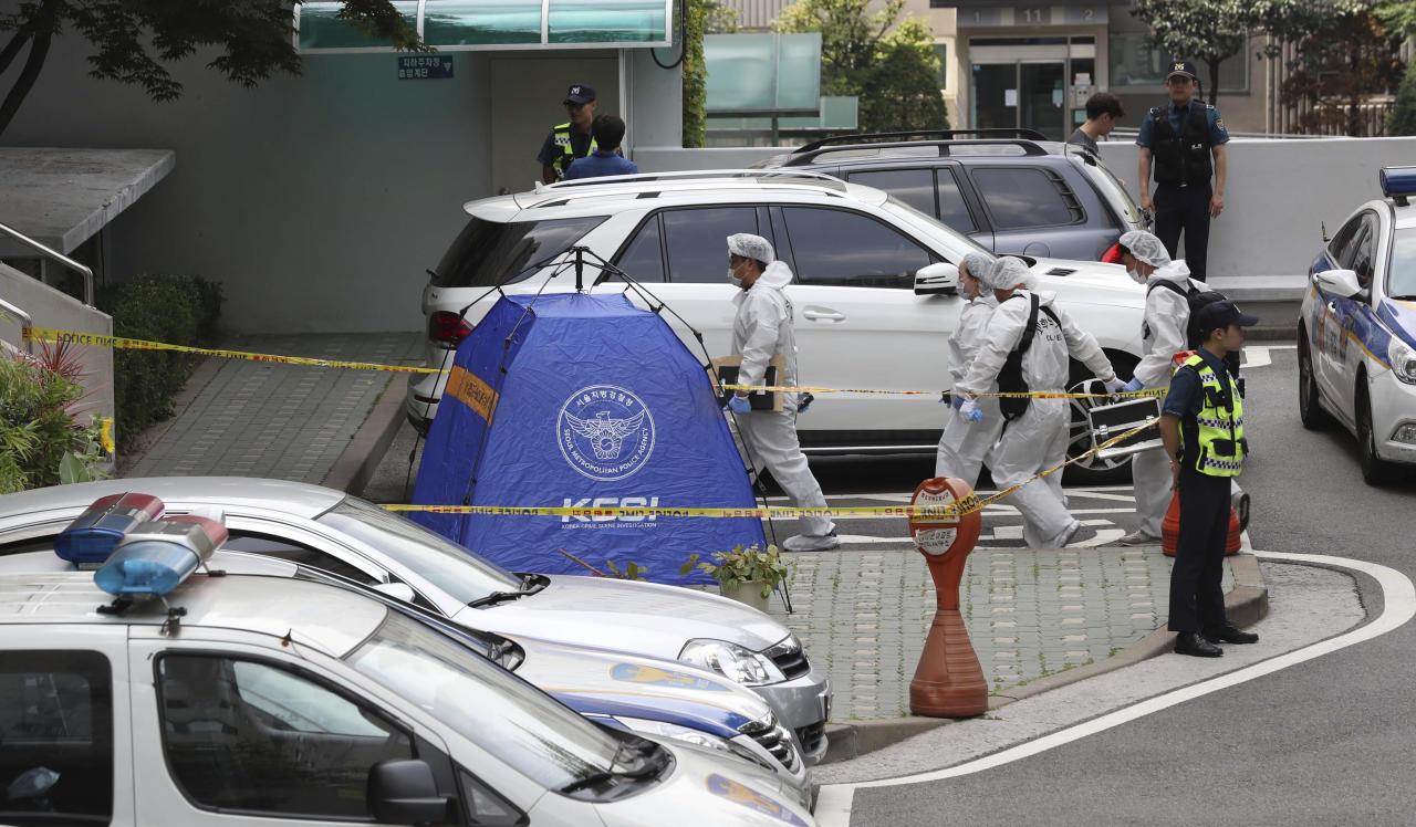 South Korean police officers arrive for investigation at the site of lawmaker Roh Hoe-chan's death in Seoul, South Korea, Monday, July 23, 2018. The prominent liberal South Korean politician embroiled in a corruption scandal has been found dead in a possible suicide. (Cho Sung-bong/Newsis via AP)