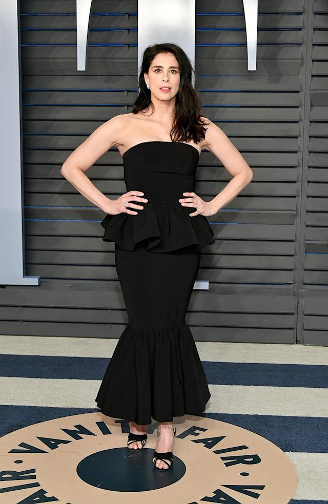 <p>The comedian brough bombshell glamour to the party in her strapless black gown. (Photo: Dia Dipasupil/Getty Images) </p>