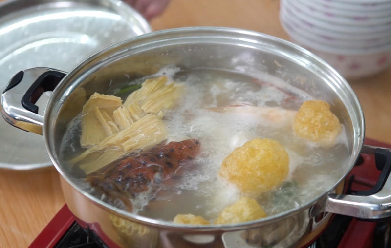 Red grouper steamboat at Teochew Big Brother. (Photo: Yahoo Lifestyle Singapore)