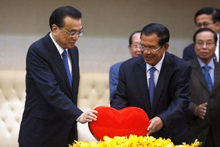 Chinese Premier Li Keqiang and Cambodia's Prime Minister Hun Sen stand as they hold bilateral talks in Phnom Penh, Cambodia January 11, 2018. REUTERS/Samrang Pring