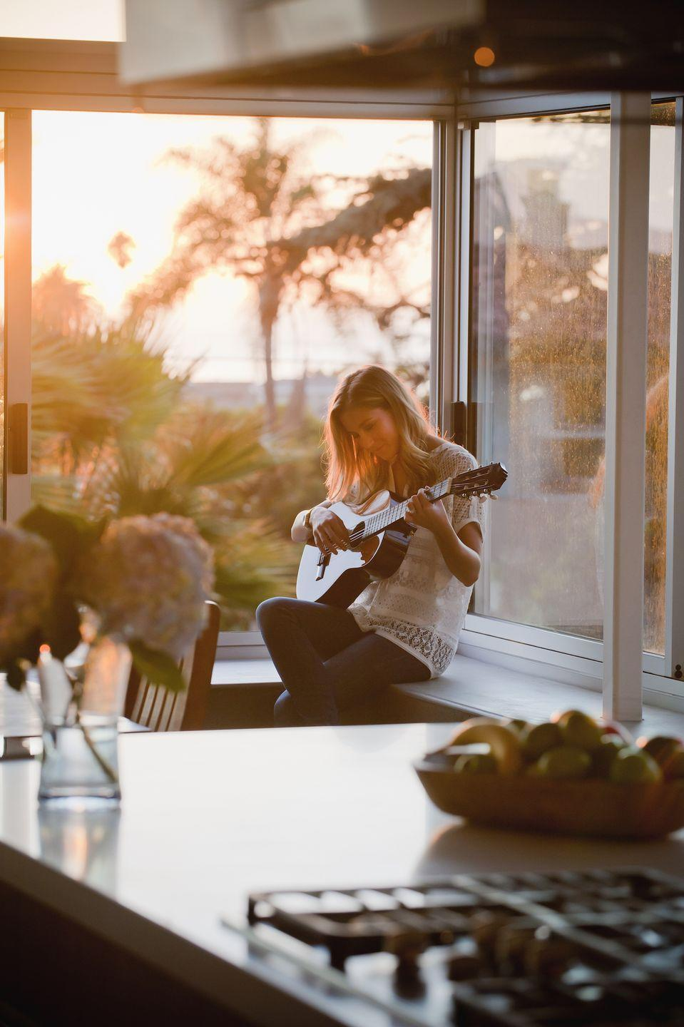 """<p>Berklee College of Music</p><p>Begin learning the names of the strings, tuning, before moving onto theory with such topics as scales, triads, power chords, and fingering and shapes.</p><p><strong>Duration</strong>: Six weeks</p><p><a class=""""link rapid-noclick-resp"""" href=""""https://go.redirectingat.com?id=127X1599956&url=https%3A%2F%2Fwww.coursera.org%2Flearn%2Fguitar&sref=https%3A%2F%2Fwww.elle.com%2Fuk%2Flife-and-culture%2Fg32077844%2Fbest-online-learning-courses%2F"""" rel=""""nofollow noopener"""" target=""""_blank"""" data-ylk=""""slk:ENROLL FOR FREE"""">ENROLL FOR FREE </a></p>"""