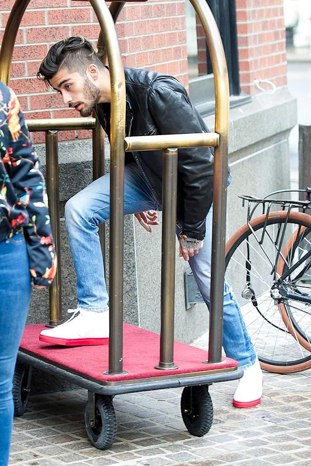 <p>The former One Direction singer slyly tried to enter a hotel in the Big Apple by taking a short cut via a luggage cart. (Photo: Gotham/GC Images) </p>