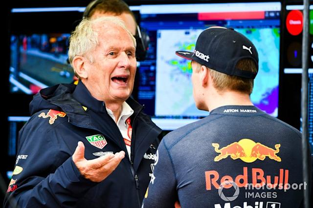 """Helmut Marko, Consulente, Red Bull Racing, parla con Max Verstappen, Red Bull Racing <span class=""""copyright"""">Mark Sutton / Motorsport Images</span>"""