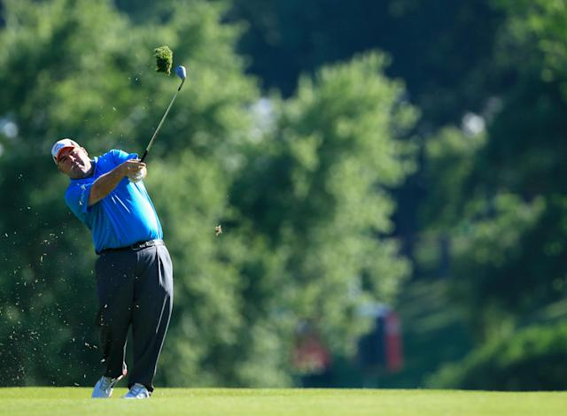 Kevin Stadler of the United States watches his approach shot on the second hole during the third round of the Travelers Championship golf tournament at the TPC River Highlands on June 21, 2014 in Cromwell, Connecticut (AFP Photo/Michael Cohen)