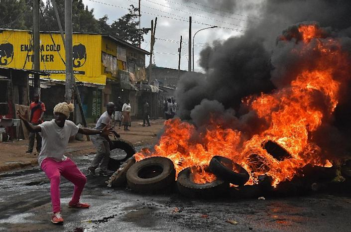 Kenyan opposition activists set fire to barricades during a protest against the election commission in Nairobi, on May 23, 2016 (AFP Photo/Carl De Souza)