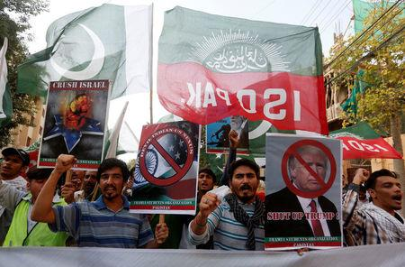 Pakistani Shi'ite supporters of Imamia Students Organization (ISO) chant slogans and carry signs during a protest rally against U.S. President Donald Trump, while marching towards the U.S. consulate in Karachi, Pakistan August 27, 2017. REUTERS/Akhtar Soomro