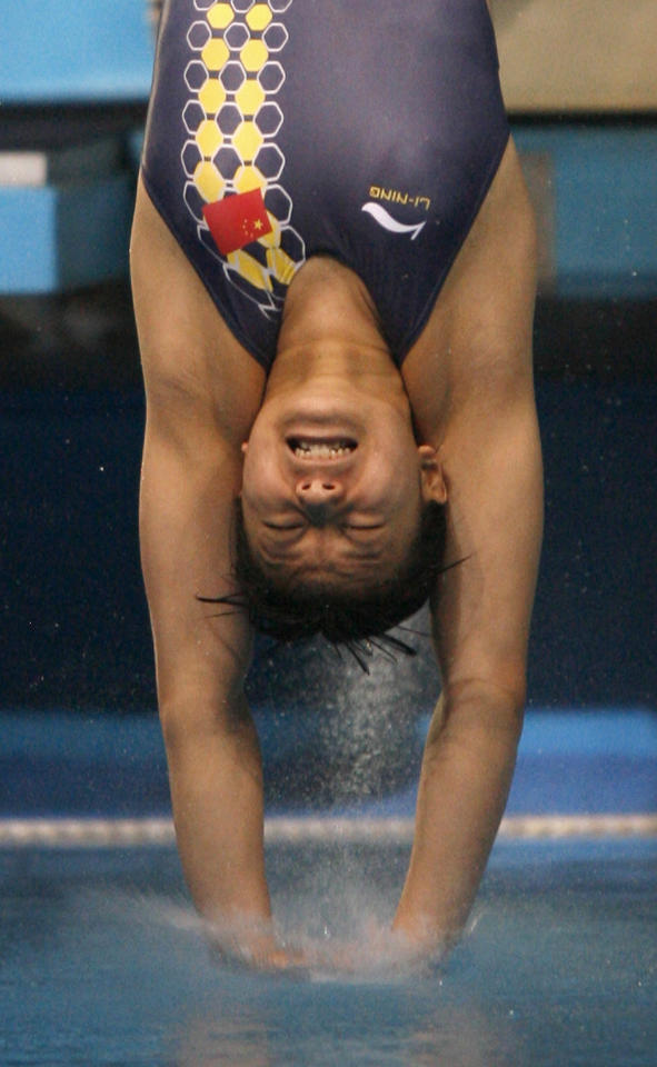 China's He Zi breaks into the water to win the gold medal in the women's 1-metre springboard diving competition at the World Aquatic Championships in Melbourne March 23, 2007.     REUTERS/Wolfgang Rattay    (AUSTRALIA)