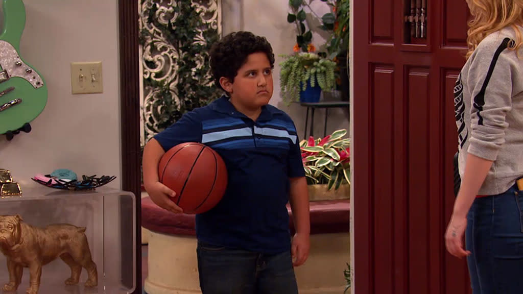 """A scene from the """"Sam & Cat"""" episode, """"#TextingCompetition."""""""