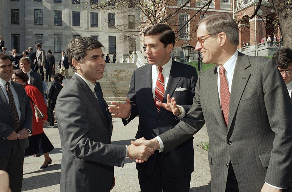 <p>Pete du Pont (right) shakes hands with Governor Michael Dukakis of Massachusetts in April 1987</p> (Copyright 2021 The Associated Press. All rights reserved.)