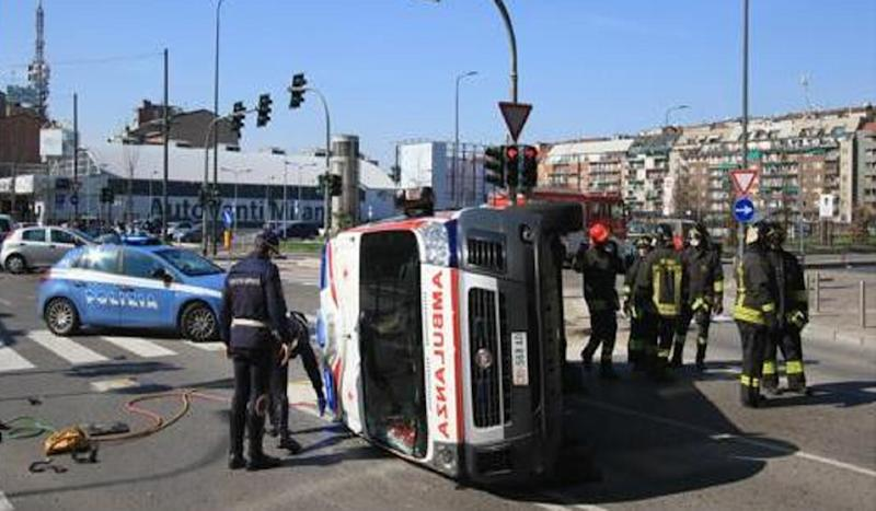Incidente a Milano: si ribalta un'ambulanza