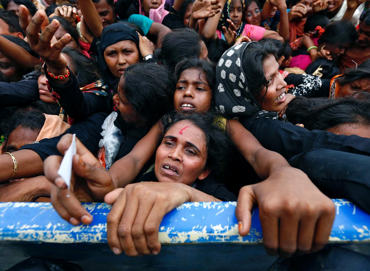 <p>A Rohingya refugee woman's forehead bleeds as she jostles for aid in Cox's Bazar, Bangladesh, Sept. 20, 2017. (Photo: Danish Siddiqui/Reuters) </p>