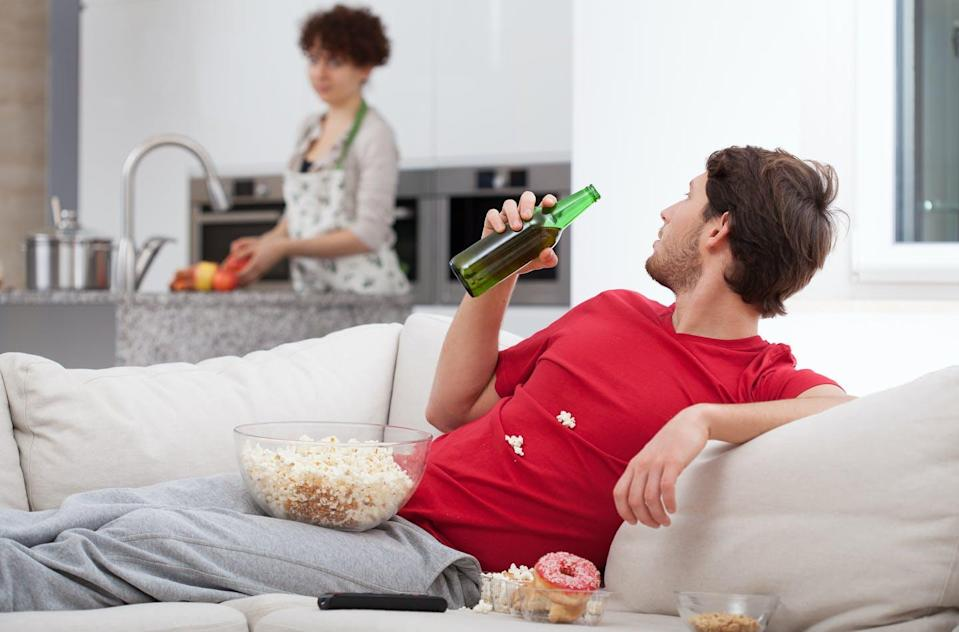 """<span class=""""attribution""""><a class=""""link rapid-noclick-resp"""" href=""""https://www.shutterstock.com/es/image-photo/couch-potato-doesnt-help-his-wife-186284441"""" rel=""""nofollow noopener"""" target=""""_blank"""" data-ylk=""""slk:Shutterstock / Photographee.eu"""">Shutterstock / Photographee.eu</a></span>"""