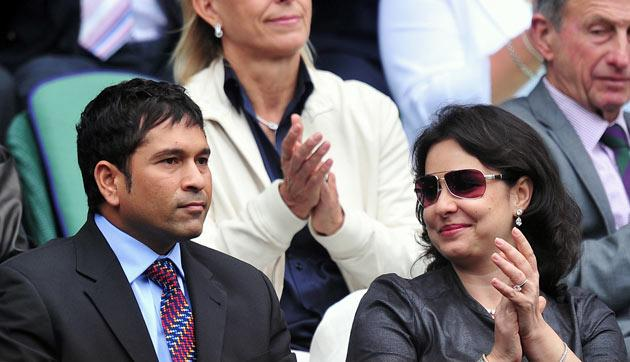 Indian cricketer Sachin Tendulkar (Front L) and his wife Anjali (Front R) are introduced to the Centre Court crowd on the sixth day of the 2011 Wimbledon Tennis Championships at the All England Tennis Club, in south-west London, on June 25, 2011. AFP PHOTO/CARL DE SOUZA