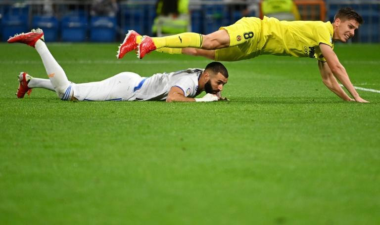 Villarreal defender Juan Foyth and Real Madrid's Karim Benzema battle for the ball during Saturday's game in La Liga. (AFP/GABRIEL BOUYS)