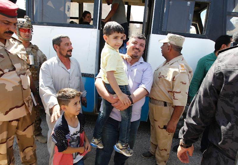 Iraqi families return to their homes in the city of Fallujah on September 17, 2016 after Iraqi security forces retook the city back from the Islamic State (IS) jihadists (AFP Photo/Sabah Arar)