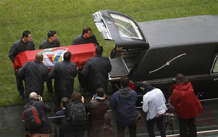 Men prepare to place the coffin of Eusebio into a hearse at Luz stadium in Lisbon January 6, 2014. REUTERS/Hugo Correia