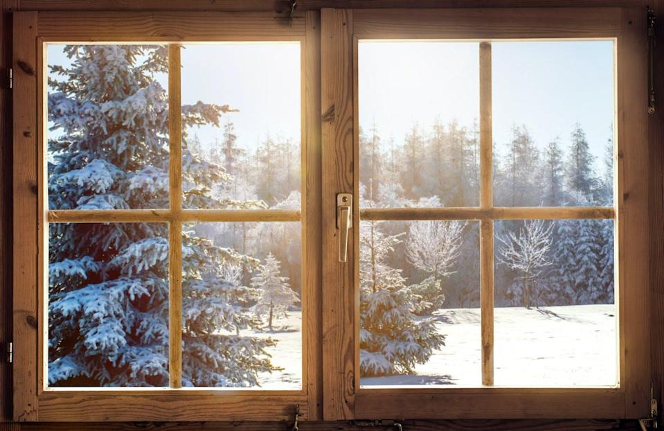 """<span class=""""attribution""""><a class=""""link rapid-noclick-resp"""" href=""""https://www.shutterstock.com/es/image-photo/view-through-window-cottage-into-snowcovered-1567864882"""" rel=""""nofollow noopener"""" target=""""_blank"""" data-ylk=""""slk:Shutterstock / Visions-AD"""">Shutterstock / Visions-AD</a></span>"""