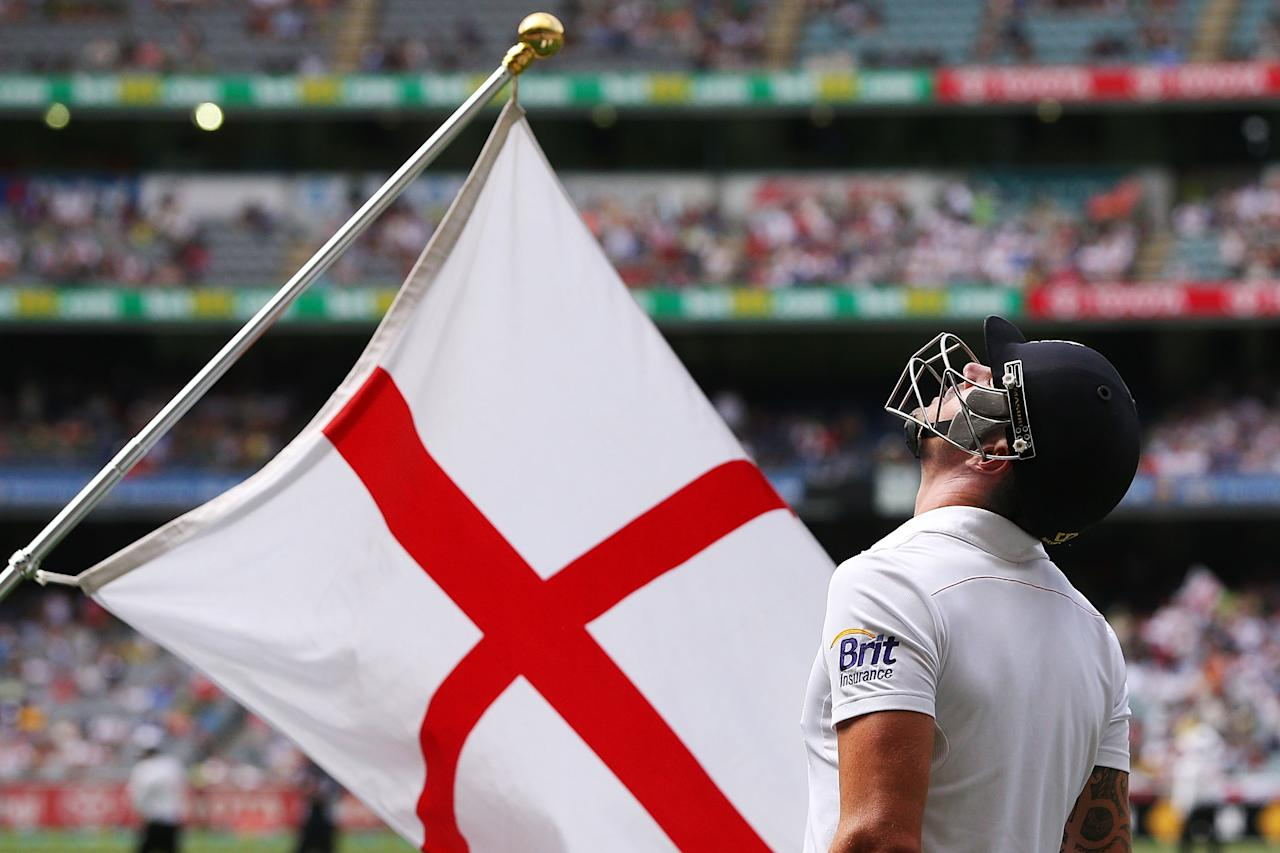 MELBOURNE, AUSTRALIA - DECEMBER 27:  Kevin Pietersen looks up next to the England flag as he walks out to the ground during day two of the Fourth Ashes Test Match between Australia and England at Melbourne Cricket Ground on December 27, 2013 in Melbourne, Australia.  (Photo by Michael Dodge/Getty Images)