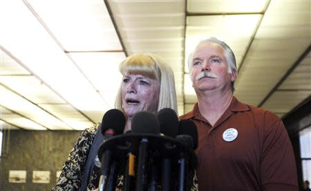Cathy Thomas (L) speaks next to her ex-husband Ron Thomas at a courthouse news conference after two former policemen were acquitted in the 2011 beating and stun-gun death of their son, in Santa Ana, California January 13, 2014. REUTERS/Alex Gallardo