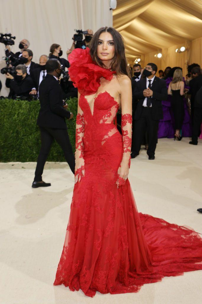 <p>The model wore a red Vera Wang lace dress.</p>