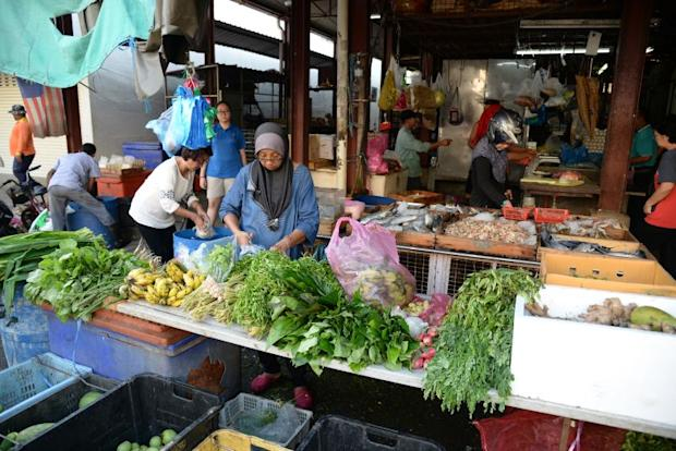 The Jeti Lama Market has a mix of vegetable and seafood stalls within the main building and at its side extensions.