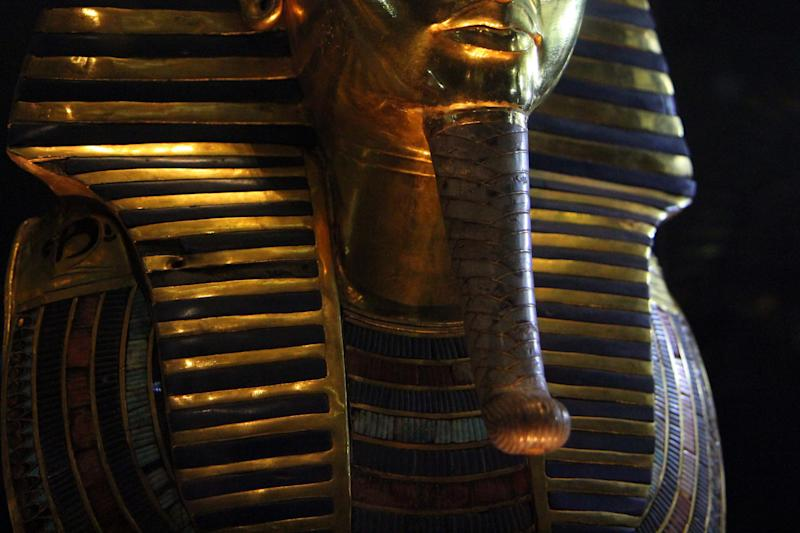 The burial mask of Egyptian Pharaoh Tutankhamun, who ruled Egypt from 1334 to 1325 BC, at the Cairo museum in the Egyptian capital on January 24, 2015 (AFP Photo/Hasan Mohamed)