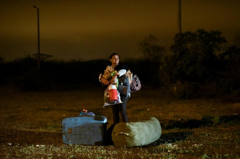 Venezuelan migrants crossing the border between Ecuador and Peru