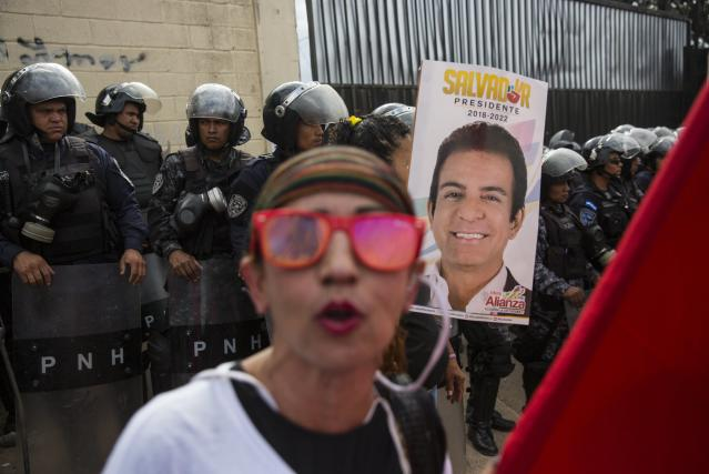 <p>Supporters of Libre Alliance presidential candidate Salvador Nasralla protest what they are calling electoral fraud, in Tegucigalpa, Honduras, Wednesday, Nov. 29, 2017. (Photo: Rodrigo Abd/AP) </p>