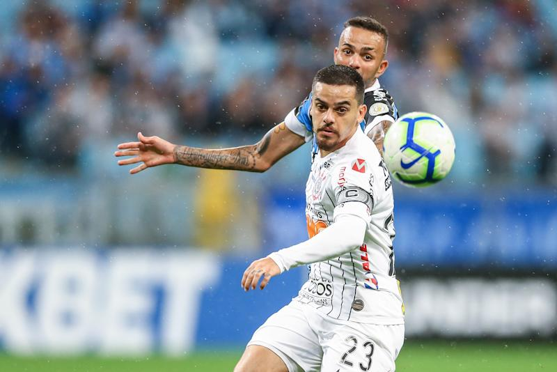 PORTO ALEGRE, BRAZIL - OCTOBER 5: Luan of Gremio battles for the ball against Fagner of Corinthians during the match between Gremio and Corinthians as part of Brasileirao Series A 2019 at Arena do Gremio on October 5, 2019 in Porto Alegre, Brazil. (Photo by Lucas Uebel/Getty Images)