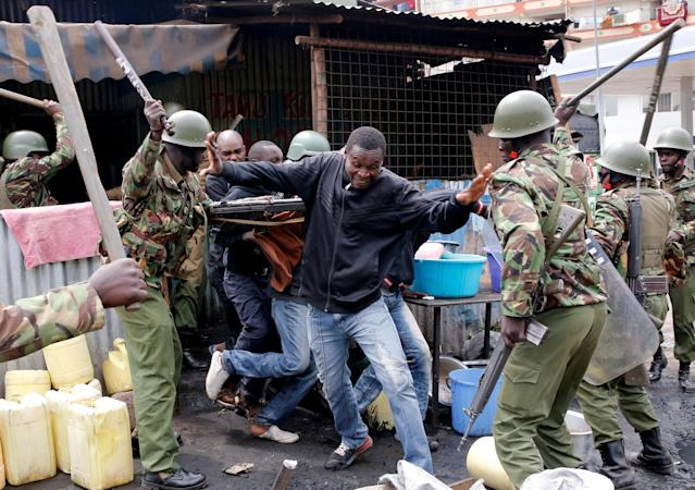 <p>Anti-riot policemen beat protesters to disperse them in Mathare, in Nairobi, Kenya, Aug. 9, 2017. (Photo: Thomas Mukoya/Reuters) </p>