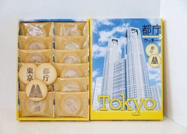 "▲Tokyo biscuits (Turkish beans) (12 bags, ¥648 including tax). The biscuits are marked with the words ""Tokyo"" and ""Tokyo Metropolitan Government"" with the hall in the background."
