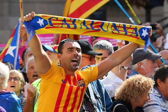 <p>A man raises up a scarf (reads Catalonia) during the Catalans mayors protest in Barcelona, Spain Sept. 16, 2017. (Photo: Albert Gea/Reuters) </p>